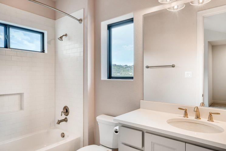 642 Winding Ravine San Antonio-large-028-025-2nd Floor Bathroom-1499x1000-72dpi